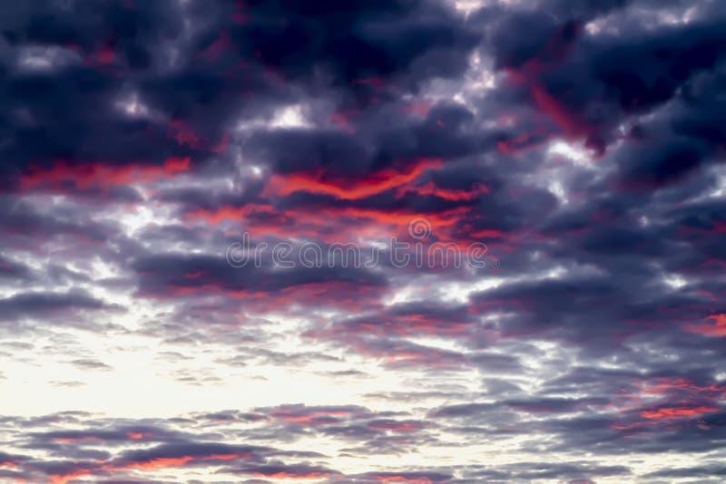 Fantastisk men verklig fantastisk flerfärgad solnedgång med glödande vibrerande moln i dramatisk färgrik himmel Texturerat härlig royaltyfri foto