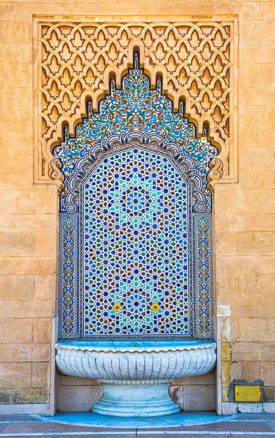 Fantastisk moroccan stilspringbrunn med fina färgrika mosaiktegelplattor på den Mohammed V mausoleet i Rabat Marocko Konstn?rlig  arkivbilder