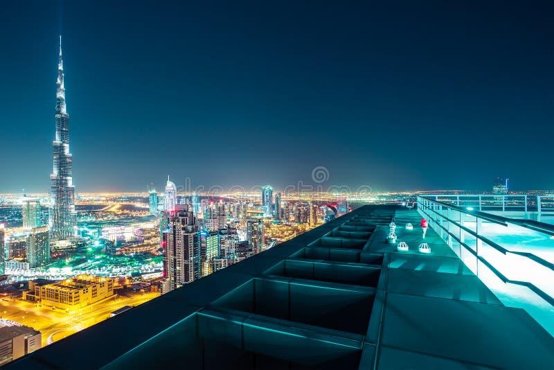 Fantastisk nattetidDubai horisont med upplysta skyskrapor royaltyfri fotografi