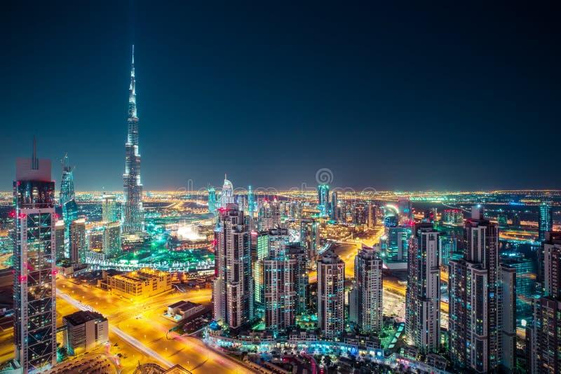 Fantastisk nattetidDubai horisont med upplysta skyskrapor royaltyfria bilder