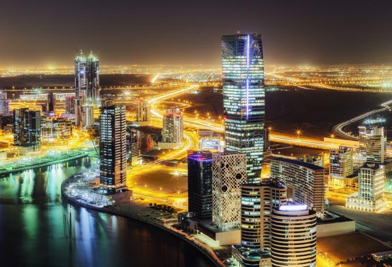 Fantastisk nattetidhorisont: skyskrapor av en stor modern stad i stadens centrum dubai arkivfoto