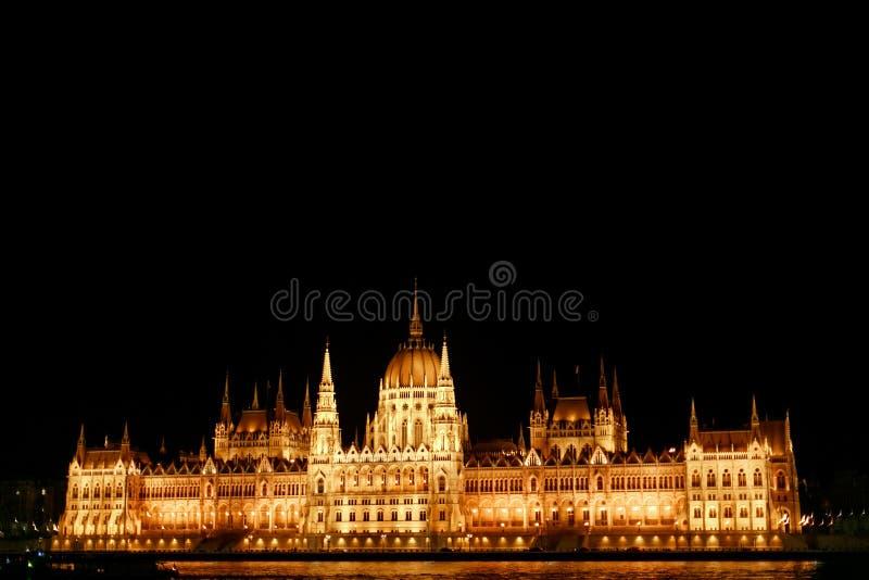 Fantastisk nattsikt av parlamentbyggnad och flod- och stadslig fotografering för bildbyråer