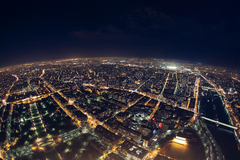 Fantastisk nattsikt från fransk Eiffeltorn; härlig horisontnolla royaltyfria foton