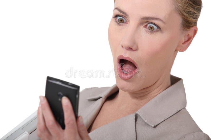 Fantastisk nyheterna på telefonen arkivbilder