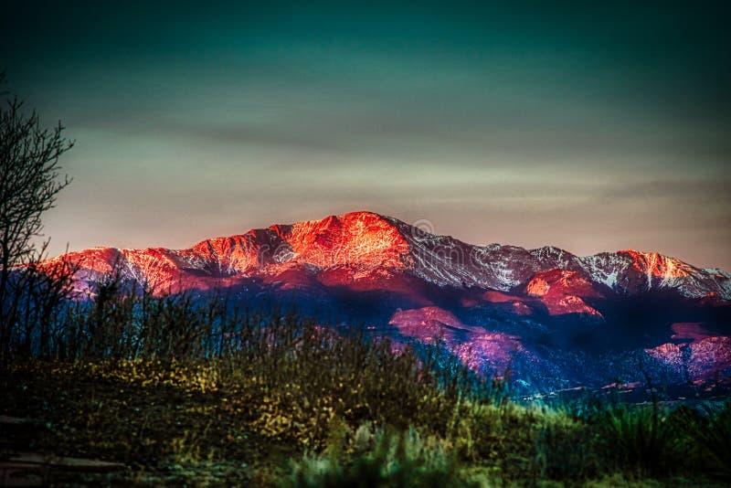 Fantastisk och idyllisk Alpenglow soluppgång av Pikes Peak royaltyfri fotografi