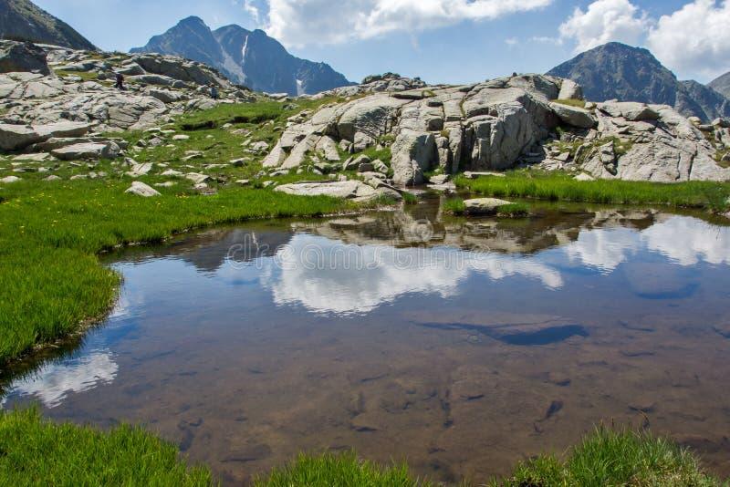 Fantastisk panorama av Yalovarnikaen och tanden når en höjdpunkt i det Pirin berget royaltyfri bild