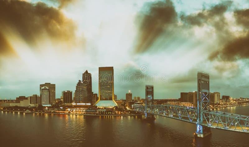Fantastisk panorama- flyg- sikt av Jacksonville horisont på skymning, F arkivfoton
