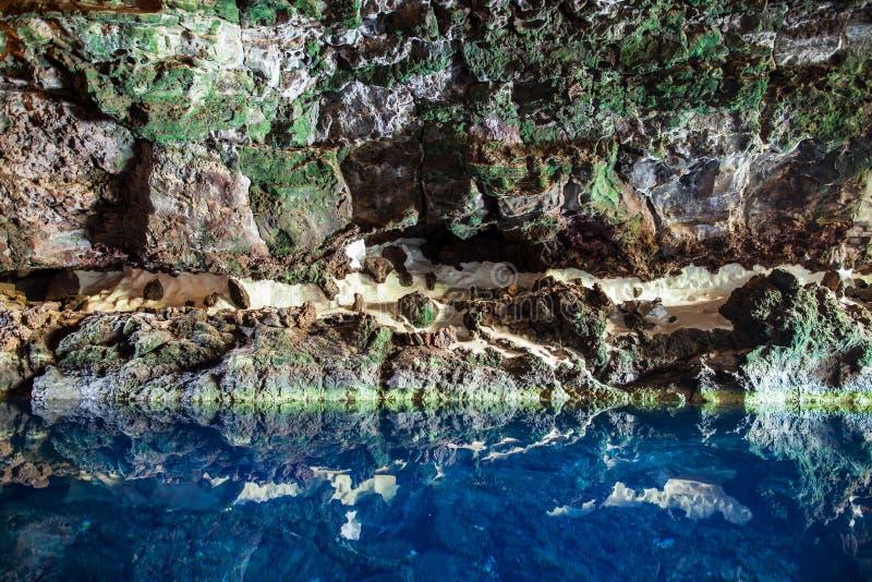 Fantastisk salt sjö i den Jameos del Agua grottan arkivbild