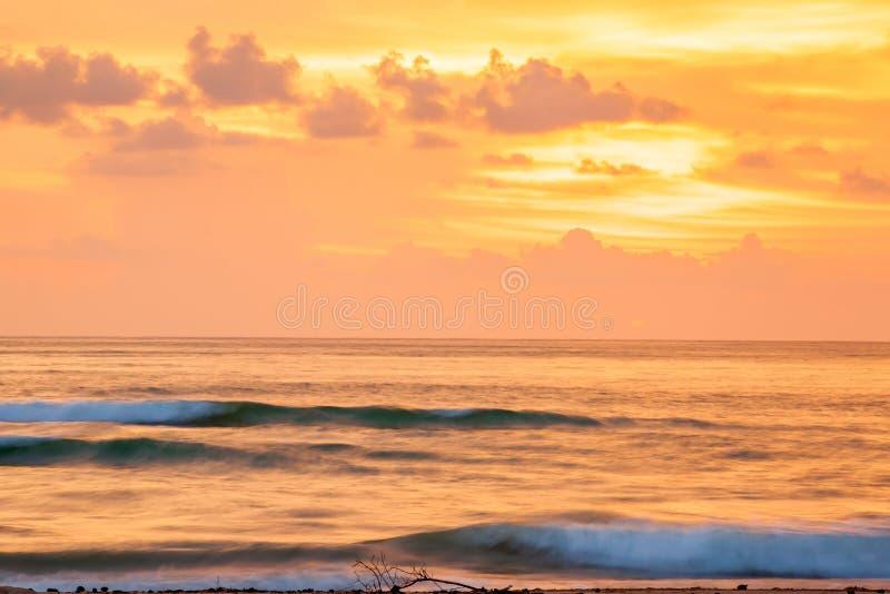 Fantastisk scenisk seascape på skymning, färgrik solnedgånghimmel med moln i sommartid Ett mjukt orange glöd filt himlen som förs arkivfoto