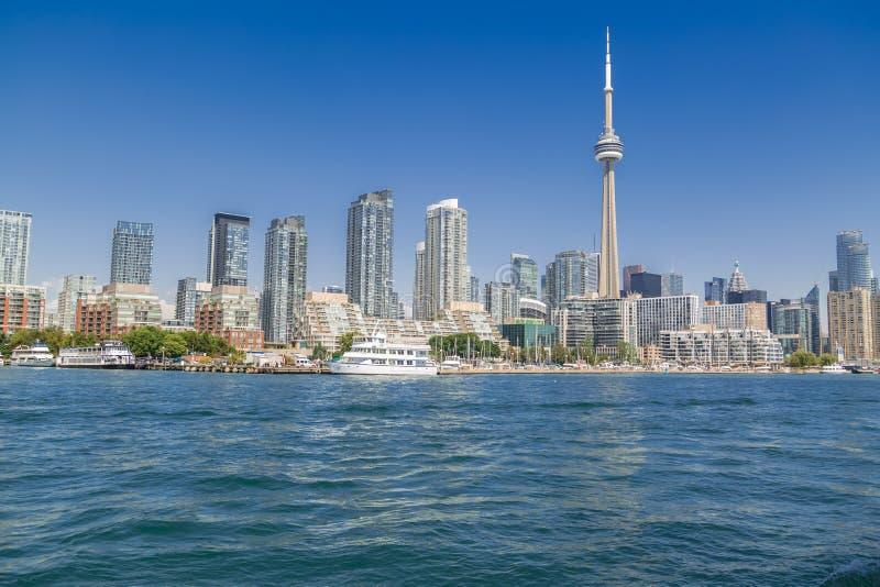 Fantastisk sikt av bakgrund för Toronto i stadens centrum horisontlandskap på solig sommardag arkivfoto