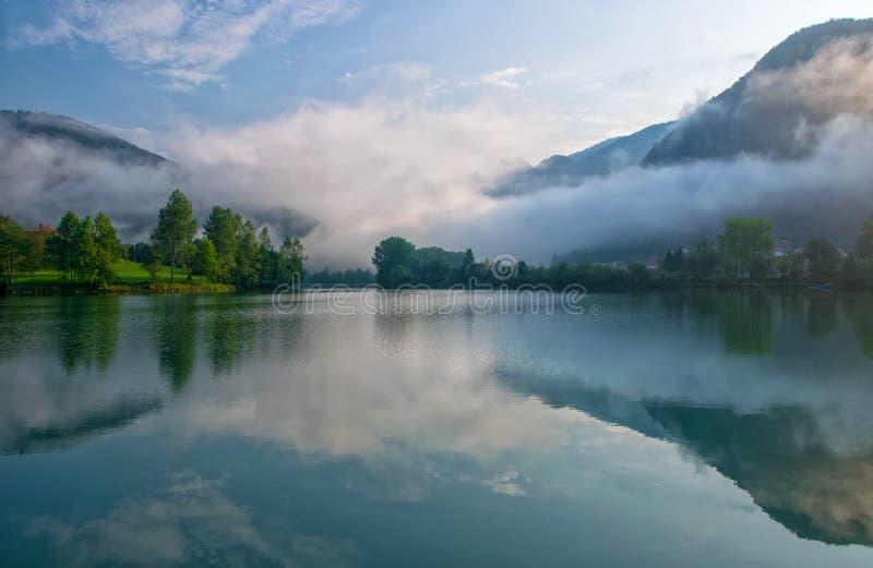 Fantastisk sikt av behållaren på den Soca floden nära mest na Soci, Slovenien på den dimmiga morgonen royaltyfri fotografi