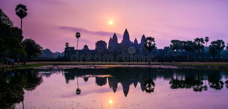Fantastisk sikt av den Angkor Wat templet p? soluppg?ng Templet komplexa Angkor Wat i Cambodja är den största religiösa monumente royaltyfri fotografi