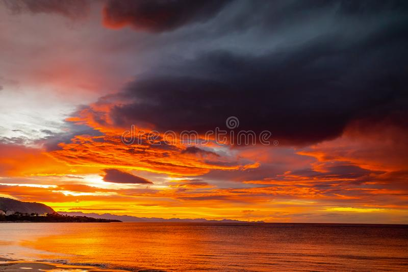 Fantastisk sikt av den mörka mulna himlen Dramatisk och pittoresk morgonplats fotografering för bildbyråer