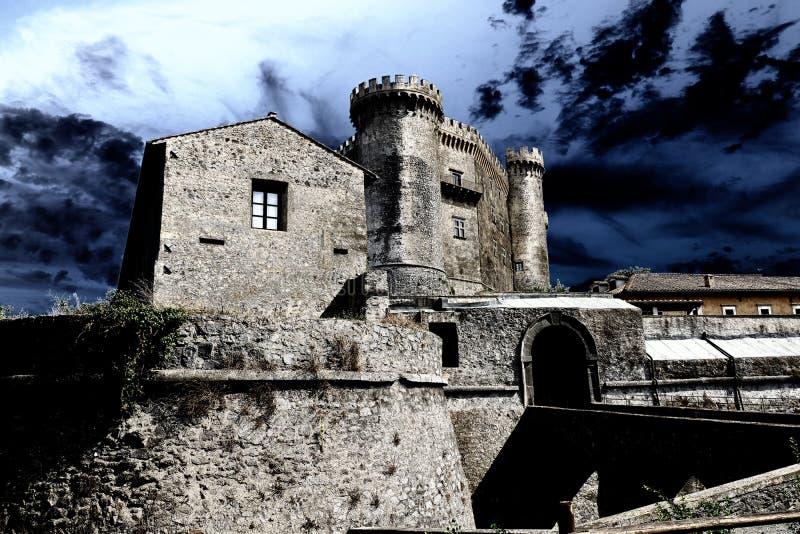 Fantastisk sikt av den medeltida slotten Odescalchi för riddare` s i Bracciano, Italien arkivbild