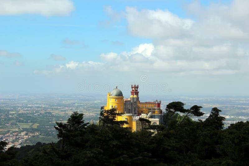 Fantastisk sikt av den Pena slotten i blåsväder royaltyfri bild