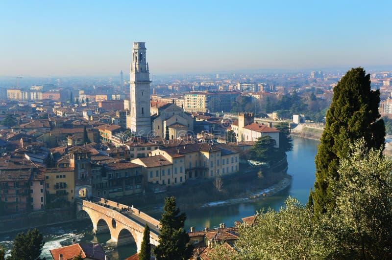 Fantastisk sikt av den Verona staden och River Adige, Italien royaltyfria bilder