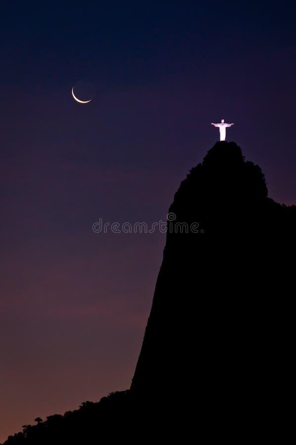 Fantastisk sikt av det Corcovado berget på natten royaltyfria bilder