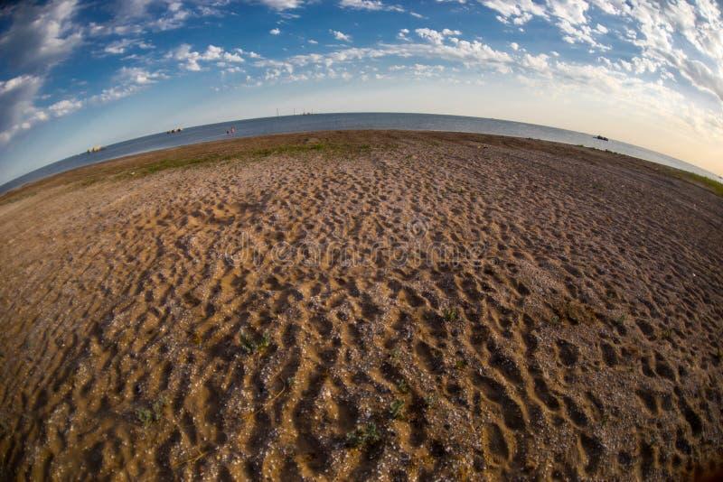 Fantastisk sikt av det klara havslandskapet med molnig himmel som en bakgrundssolnedgångtid royaltyfri fotografi