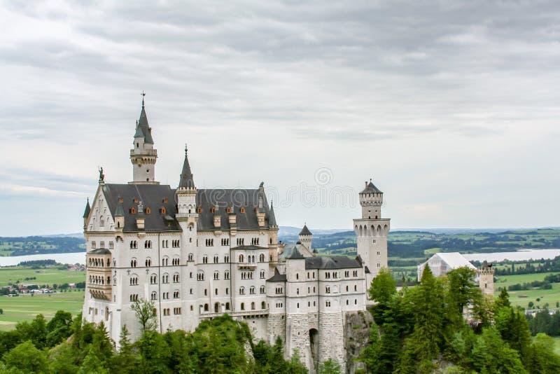 Fantastisk sikt av en slott i bavaria royaltyfri bild