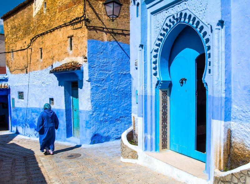 Fantastisk sikt av gatan i den blåa staden av Chefchaouen Loca royaltyfri foto