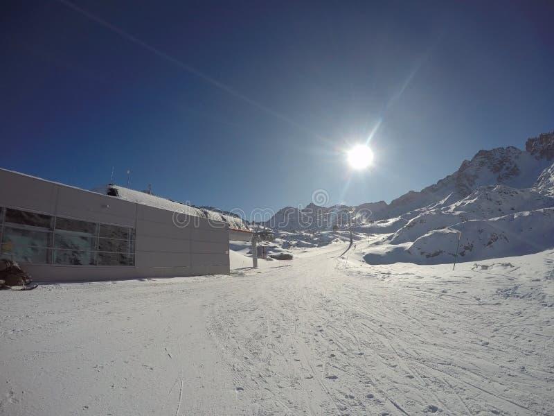 Fantastisk sikt av glaciären Presena på ankomsten av cablewayen Paradiso arkivfoto