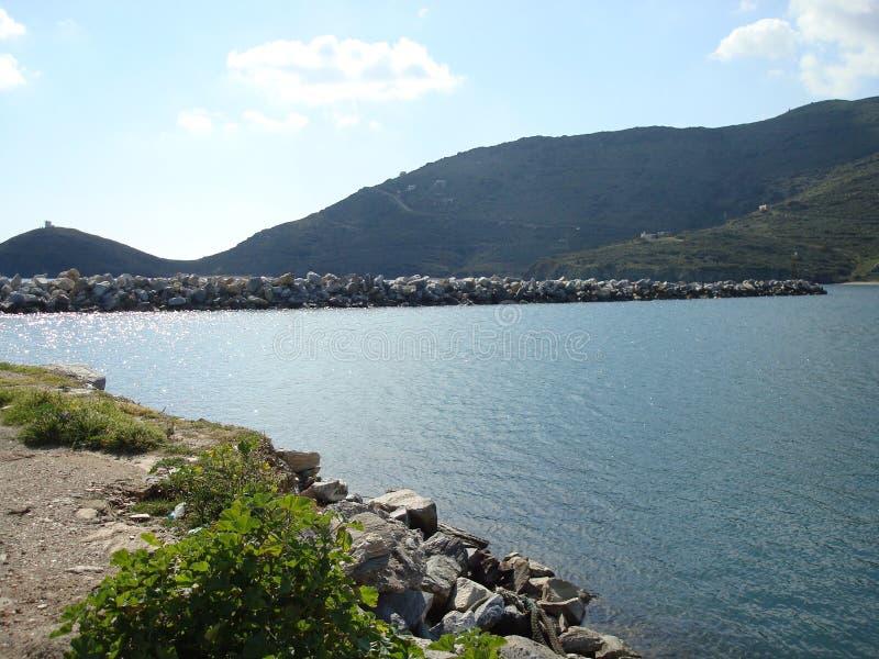 Fantastisk sikt av havsvattnet på den Andros ön royaltyfri bild