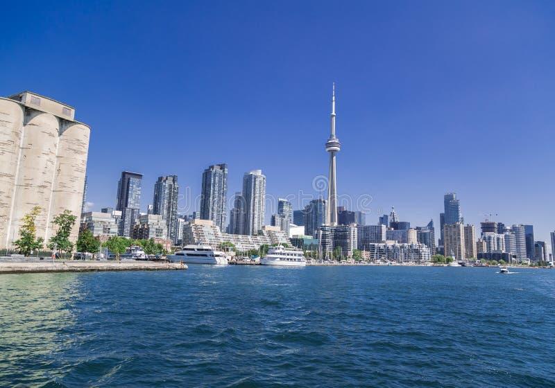 Fantastisk sikt av i stadens centrum Toronto strand, horisont med tornet och andra moderna byggnader royaltyfri bild