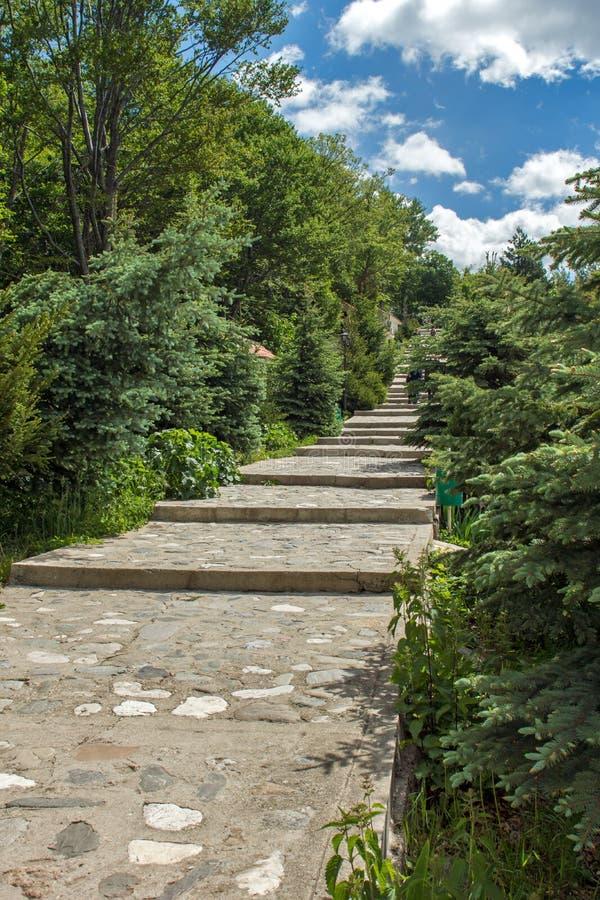Fantastisk sikt av kyrkor i skogen för Krastova gorakors, Rhodope berg, Bulgarien fotografering för bildbyråer