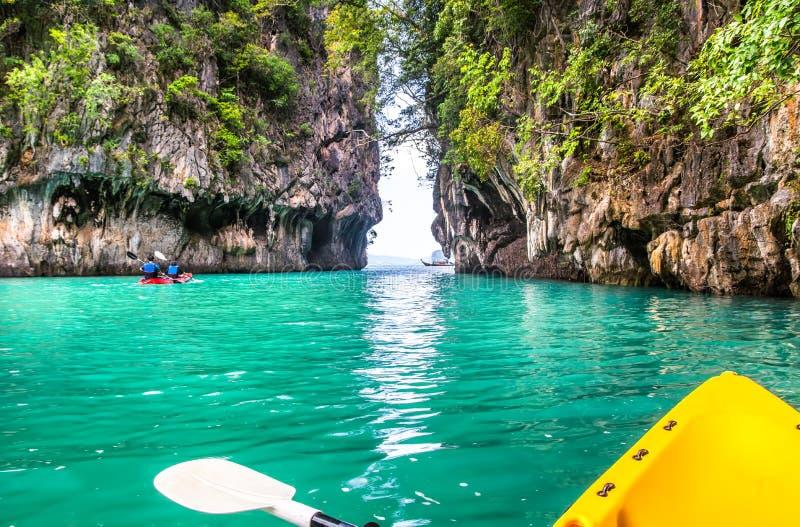 Fantastisk sikt av lagun i den Koh Hong ön från kajaken Läge: arkivfoton