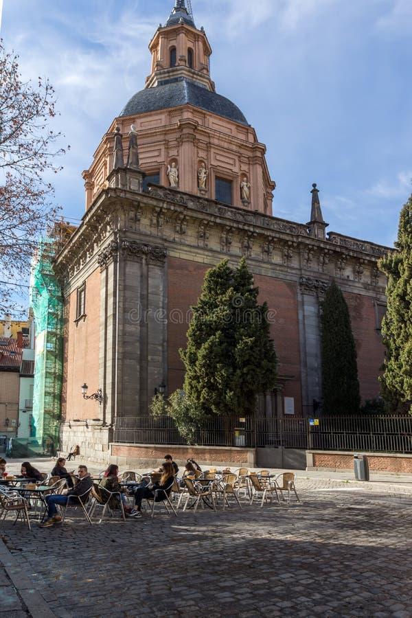 Fantastisk sikt av St Andrew Church i stad av Madrid, Spanien arkivbilder