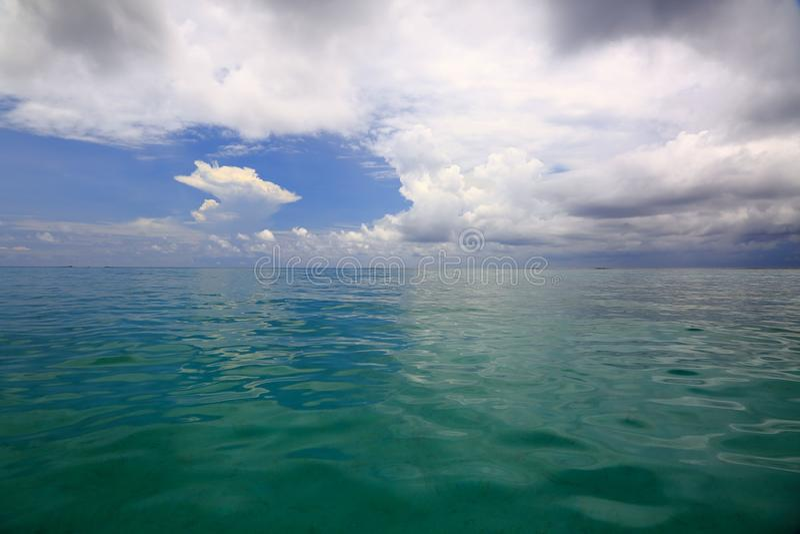 Fantastisk sikt av turkosvatten av Indiska oceanen och blå himmel med vita moln Maldiverna royaltyfri bild