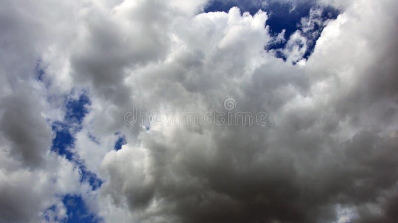Fantastisk sikt med moln efter regn textur arkivfoton