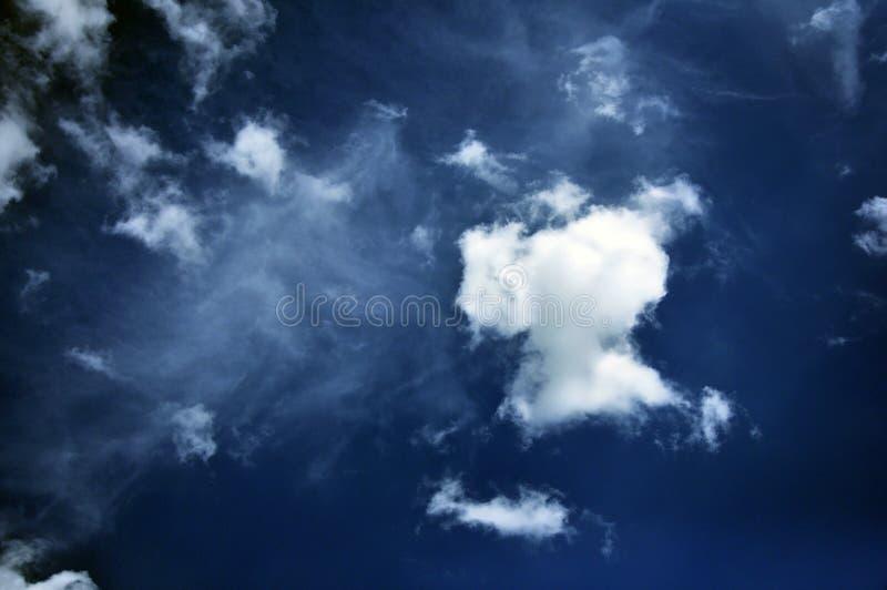 Fantastisk sikt med moln efter regn textur royaltyfri fotografi