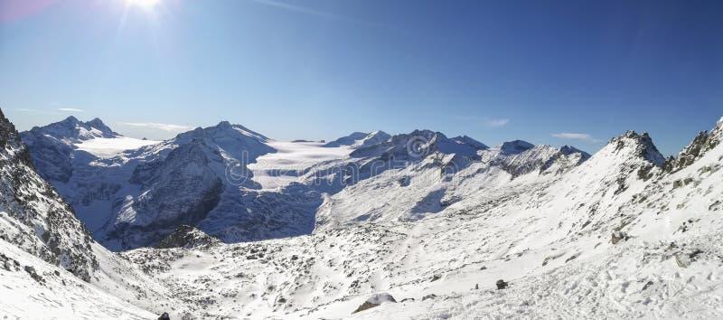 Fantastisk sikt på ankomsten av cablewayen Presena till glaciären Adamello, Lobbie, Presanella och Pian di Neve arkivfoton