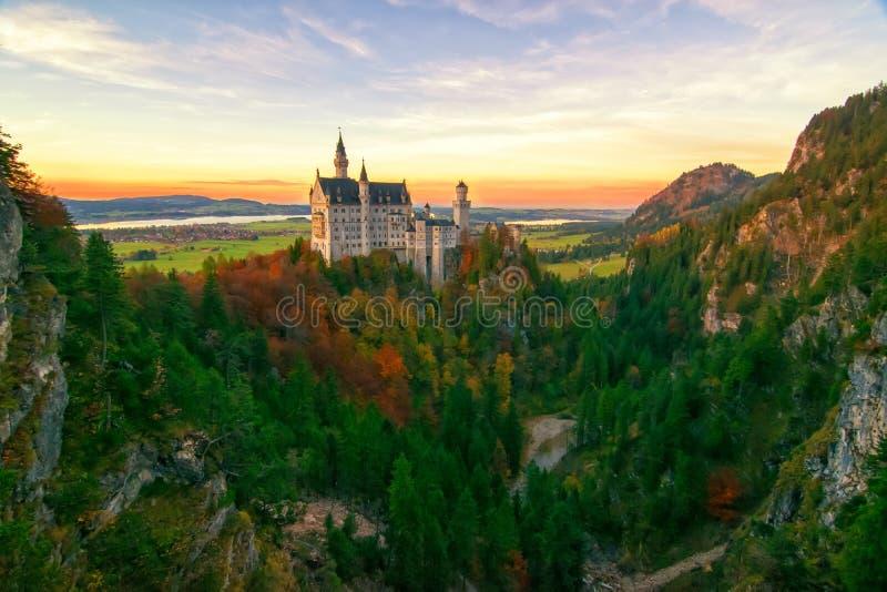 Fantastisk sikt på den Neuschwanstein slotten på höstaftonen, Bayern, Tyskland royaltyfri fotografi