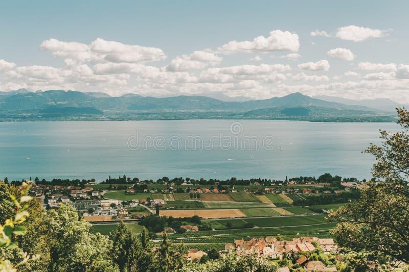 Fantastisk sikt på kanton av Vaud, sjöGenève och fransmannen Alpes Haute Savoie, Schweiz royaltyfri foto