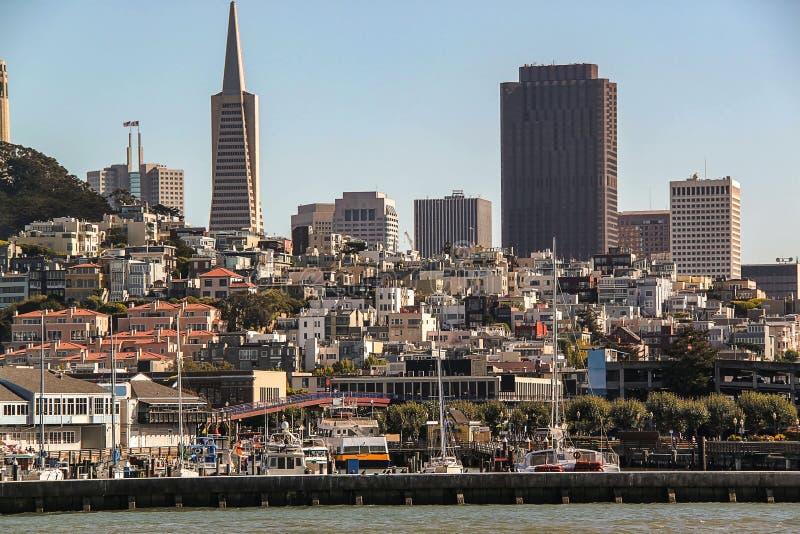 Fantastisk sikt på San Francisco, Kalifornien blå sky för bakgrund Härliga bakgrunder arkivfoto