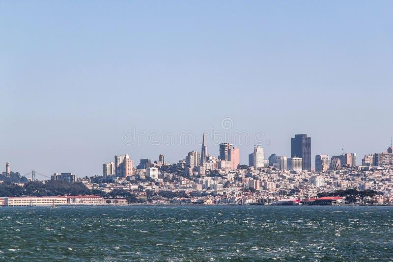 Fantastisk sikt p? San Francisco, Kalifornien bl? sky f?r bakgrund H?rliga bakgrunder royaltyfri bild