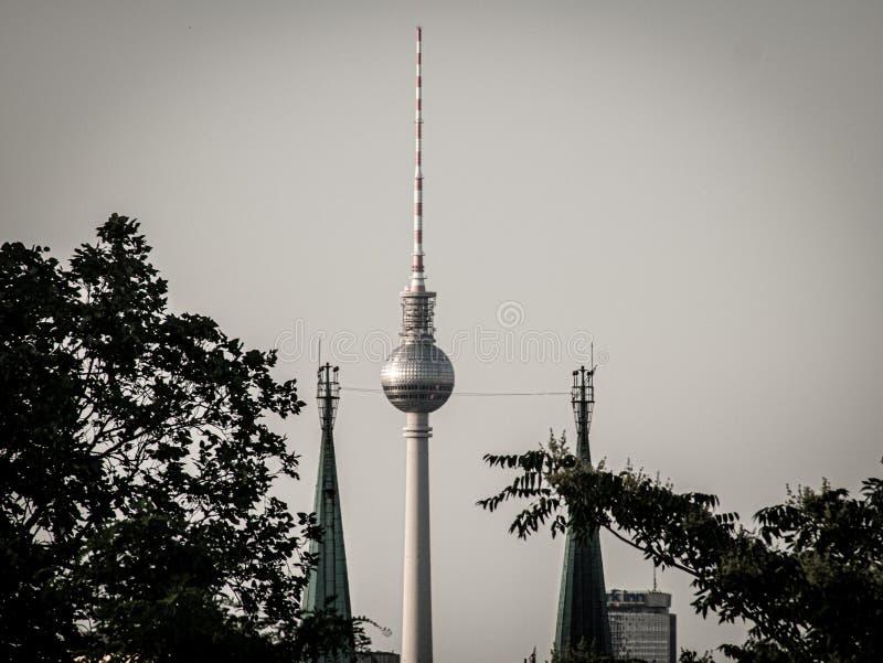 Fantastisk sikt till tornet från den Berlin appellen alex arkivfoton