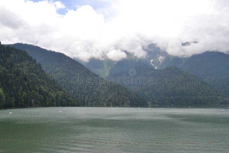 Fantastisk sjö Ritsa i de Kaukasus bergen arkivbild