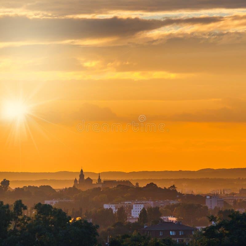 Fantastisk solnedgång över den Wawel slotten i Krakow arkivfoton