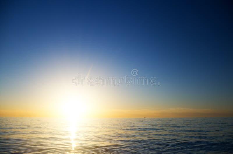 Fantastisk solnedgång över havet arkivfoton