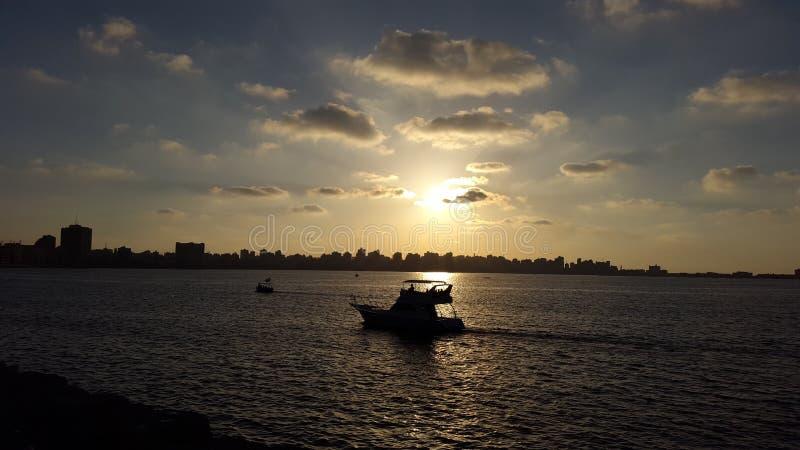 Fantastisk solnedgång över stranden royaltyfri foto
