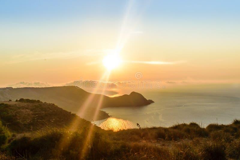 Fantastisk solnedgång i det mediteranian havet royaltyfri fotografi