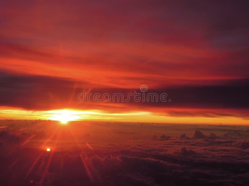 Fantastisk solnedgång på flyg royaltyfri fotografi