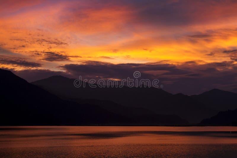 Fantastisk solnedgång på Fewa sjön, Pokhara, Nepal arkivbilder