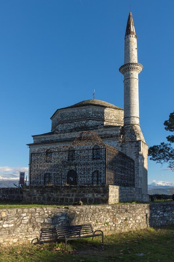 Fantastisk solnedgångsikt av den Fethiye moskén i slott av staden av Ioannina, Epirus, Grekland royaltyfri foto
