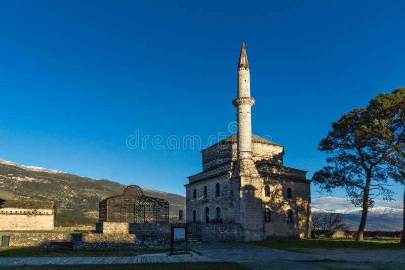 Fantastisk solnedgångsikt av den Fethiye moskén i slott av staden av Ioannina, Epirus, Grekland fotografering för bildbyråer