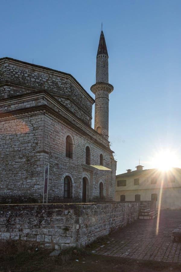 Fantastisk solnedgångsikt av den Fethiye moskén i slott av staden av Ioannina, Epirus, Grekland royaltyfria bilder
