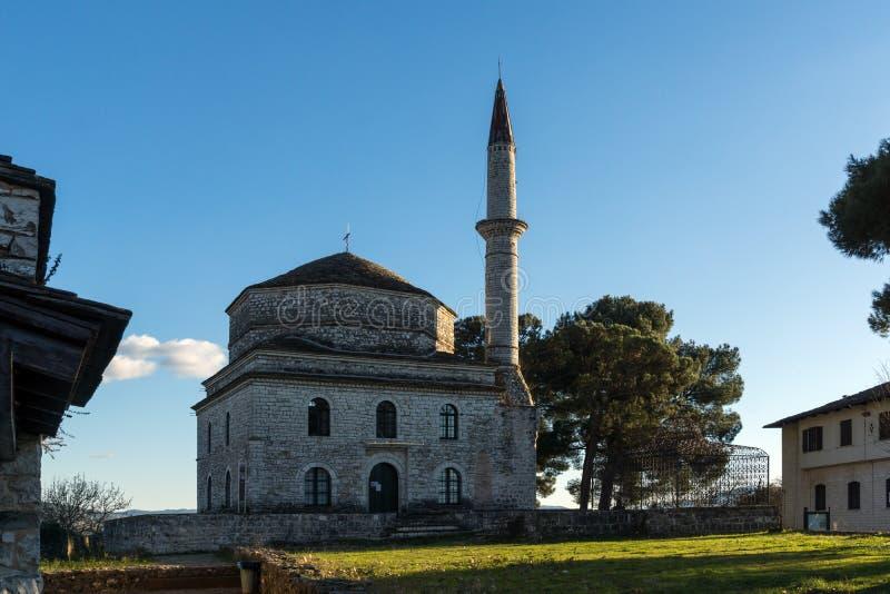 Fantastisk solnedgångsikt av den Fethiye moskén i slott av staden av Ioannina, Epirus, Grekland royaltyfri fotografi